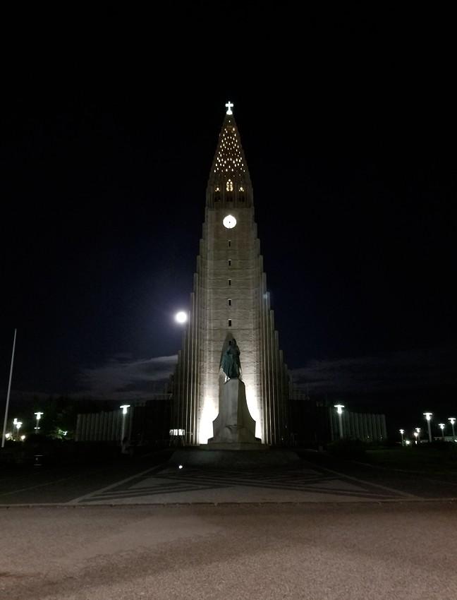 Hallgrímskirkja at night